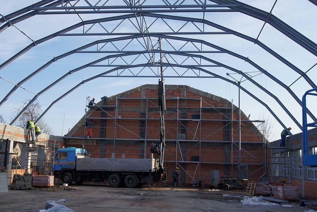 Łukowa konstrukcja stalowego dachu